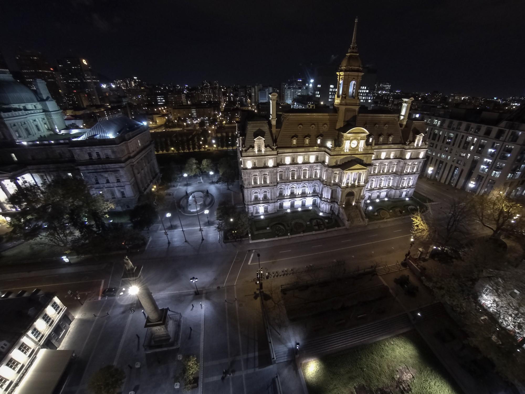 L'hotel-de-ville de Montréal, en biais à la place Jacques-Cartier dans le Vieux-Montréal.