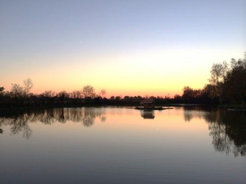 Etang au coucher du soleil en novembre